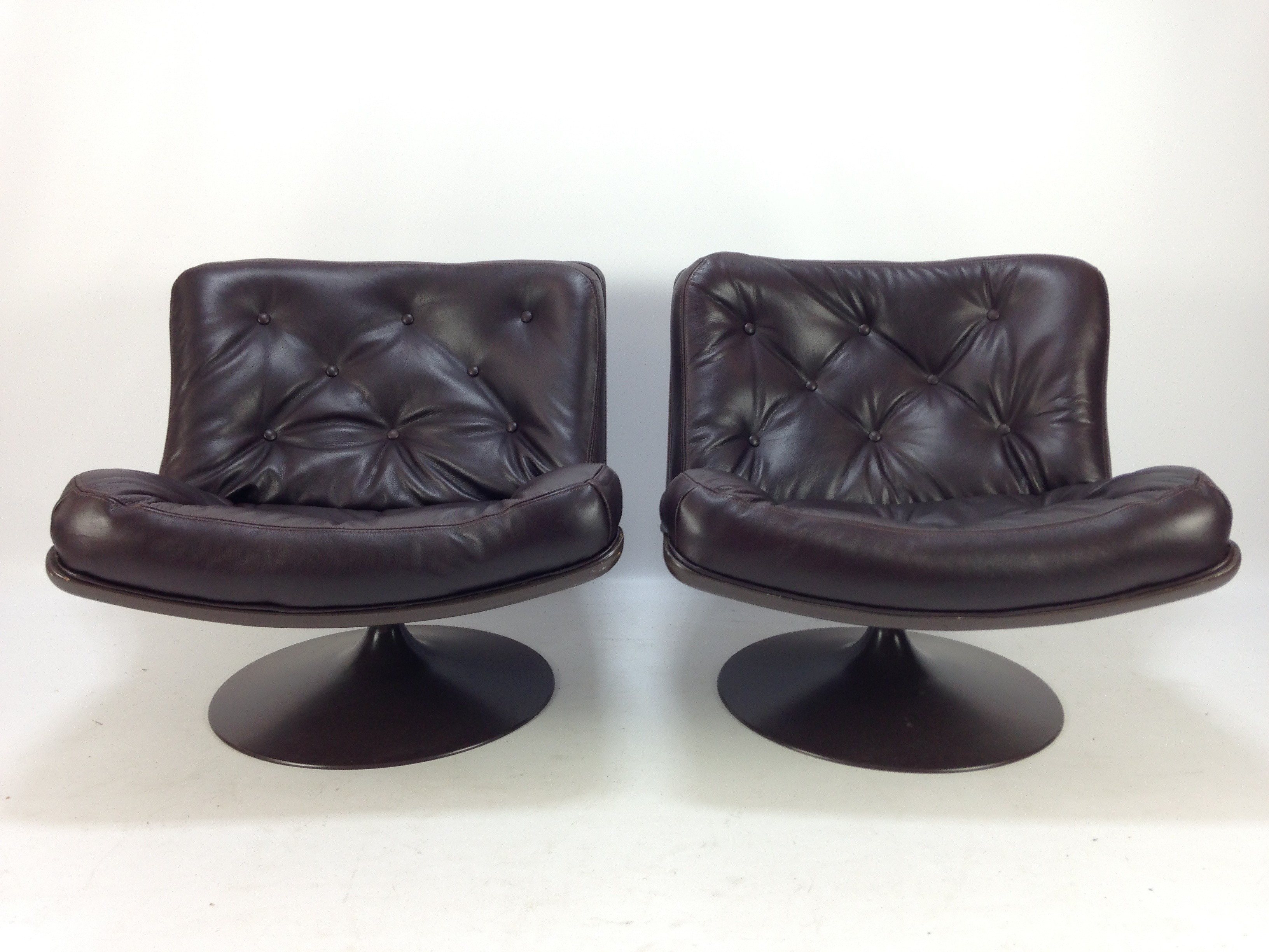 Artifort 975 Lounge Chair